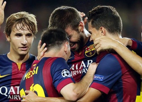 Gerard Piqué being hugged by Messi, Bartra, Sergi Roberto and Samper (by FC Barcelona)