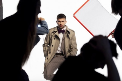 A caption from H. E. by Mango's campaign with Gerard Piqué (by Mango)