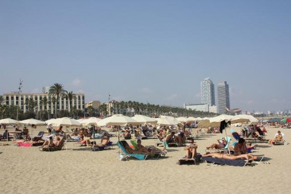 Legal services such as umbrella renting are offered at Barcelona beaches (by C. Smith)