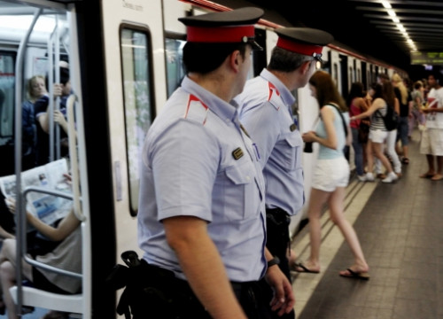 Catalan Police officers patrolling within Barcelona metro network (by O. Campuzano)