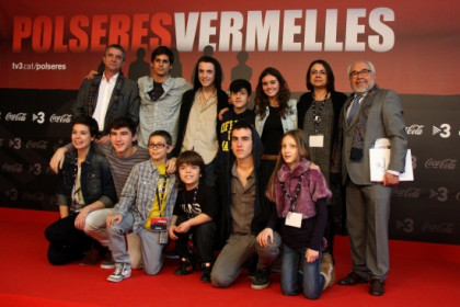 A family photo with the series main actors, creators and producers at the second season's premiere (by P. Cortina)