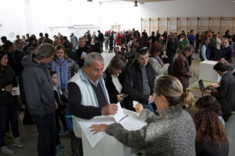 Citizens queuing on November 9, ready to cast their vote (by J. Pujolar)
