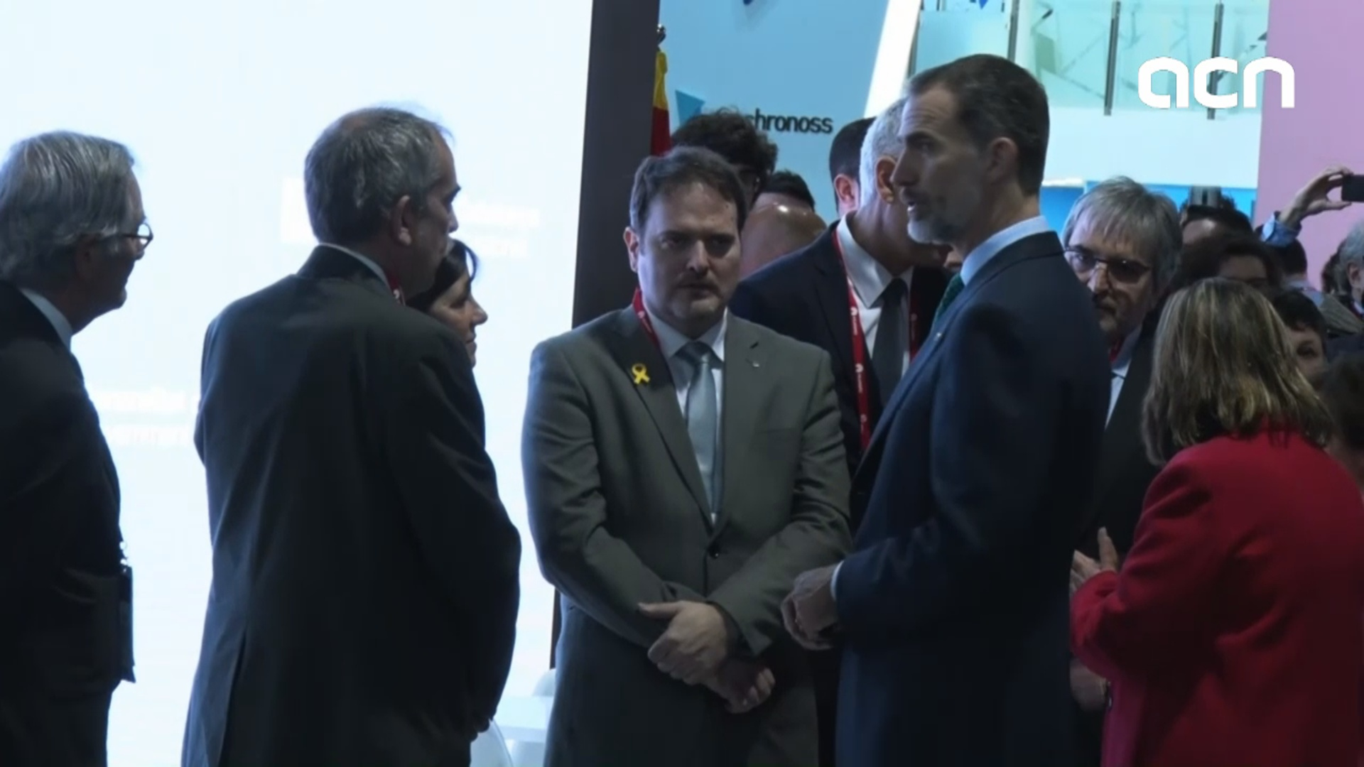 King Felipe had to face Catalan officials with yellow ribbons