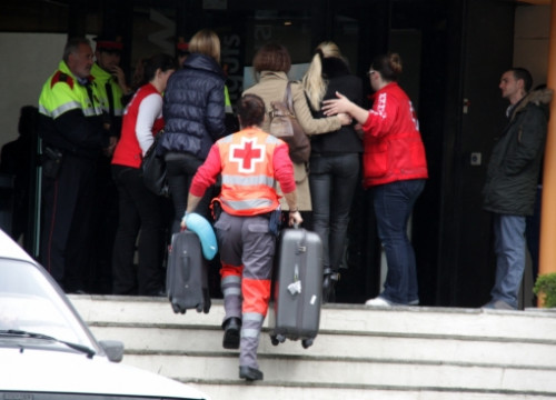 Red Cross workers attending relatives of the victims at the hotel in Castelldefels (by J. Pujolar)