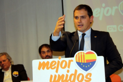 Albert Rivera addressing the audience in a campaign rally (by P. Solà)
