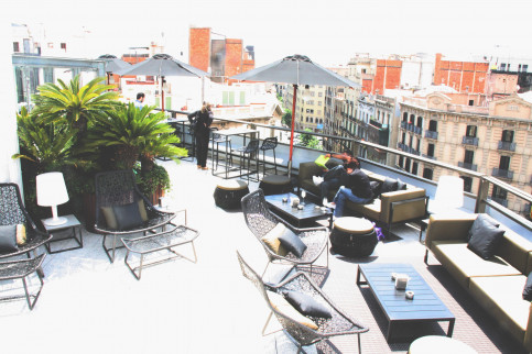 A hotel terrace in Barcelona, overviewing the city (by ACN)