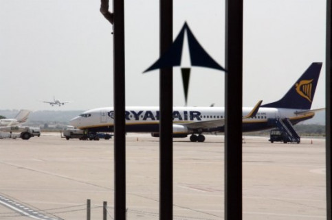 A Ryanair plane at Reus Airport, with AENA's logo on the window (by ACN)