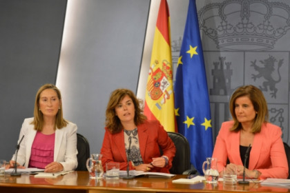 Soraya Sáenz de Sntamaria (center) at this Friday press conference (by La Moncloa / ACN)