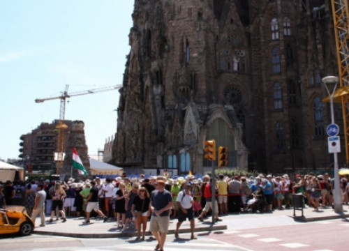 Tourists in front of the Sagrada Família (by P. Mateu)