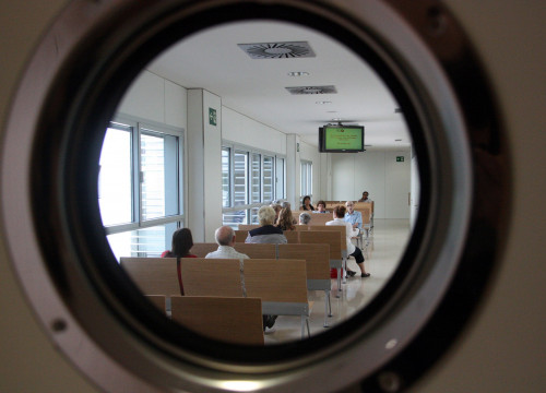 A waiting room in a Catalan hospital (by B. Cazorla)