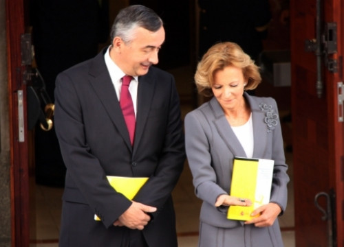 Spanish Treasury Minister and Vice-president of the Government, Elena Salgado, showing the pen-drive with the data (by ACN)