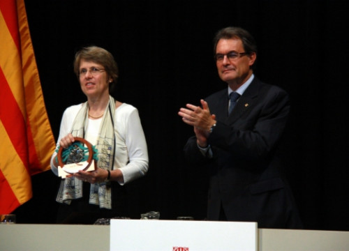 Sally Watson receiving the Ramon Margalef Prize from the President of the Catalan Government (by L. Roma)
