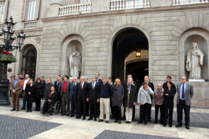 Representatives of the Catalan Government and Barcelona City Council paid tribute to the victims of Tunis terrorist attacks in Sant Jaume Square on Thursday (by G. Sánchez)