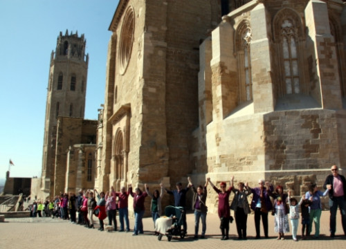 The human chain formed around Lleida's Seu Vella Cathedral (by X. Lozano)
