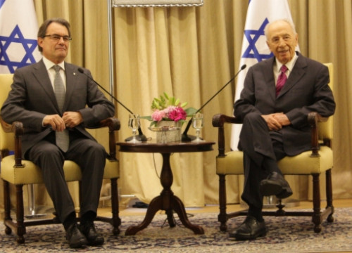 The Catalan President Artur Mas (left) next to the President of Israel Shimon Peres (right) (by P. Mateos)