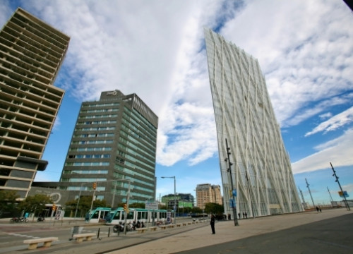 The new white tower located in the Forum area is Telefonica's new headquarters in Barcelona (by ACN)