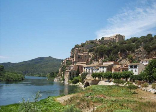 The village of Miravet, with its castle, next to the Ebro river (by UNESCO / CODE)
