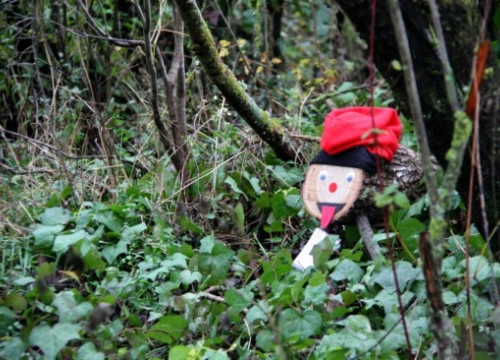 A Caga Tió hidden in the woods, ready to be picked up by a family (by ACN)