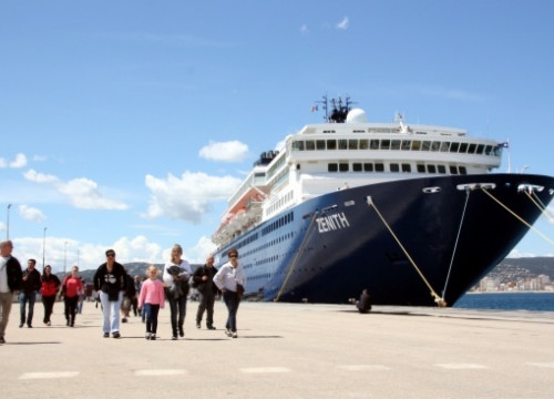 Tourists arriving with a cruise ship at Palamós, in the Costa Brava (by ACN)