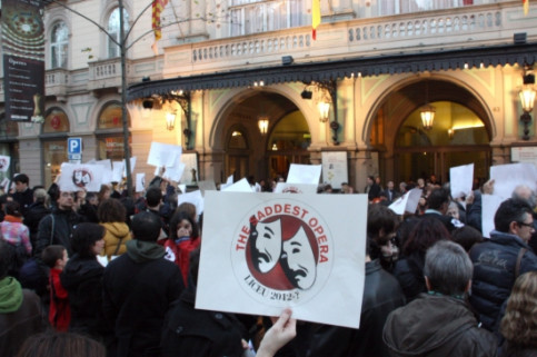 Liceu staff protesting in front of the Opera House (by R. Garrido)