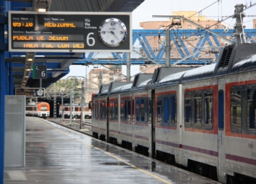 A regional train linking Lleida with La Pobla de Segur in the Pyrenees is delayed (by L. Cortés)