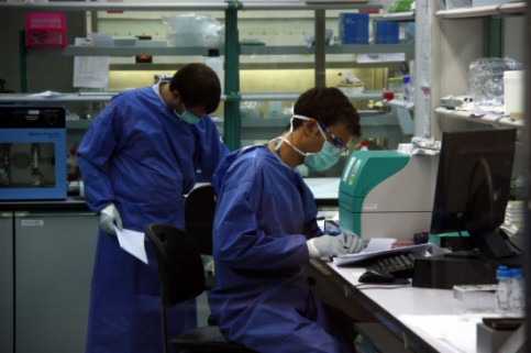 Researchers working on a vaccine against HIV-AIDS at the Germans Trias i Pujol Hospital, in Greater Barcelona (by J. Pujolar)
