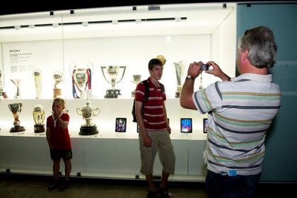 Tourists in front of all the trophees won by FC Barcelona in the 2010-2011 season (by FC Barcelona)
