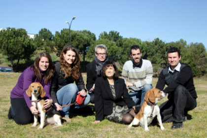 The research team with two of the dogs cured thanks to gene therapy (by M. Belmez)