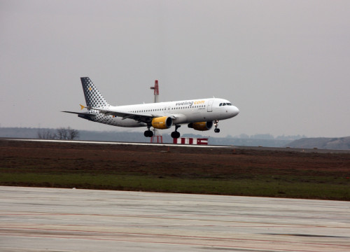 An airplane from Vueling landing at Barcelona's airport (by ACN)