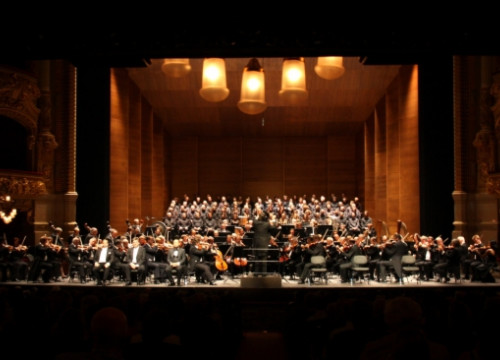 The Bayreuth Festival choir and orchestre interpreting 'The Flying Dutchman' by Wagner at Barcelona's Liceu (by N. Julià)