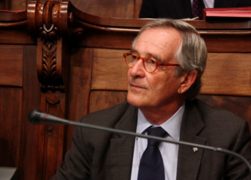 The Mayor of Barcelona, Xavier Trias, in the City Council's plenary, just after showing UBS' certificate (by ACN)