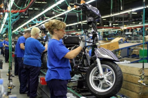 Workers assembling a motorbike in Yamaha's factory in Catalonia (by ACN)