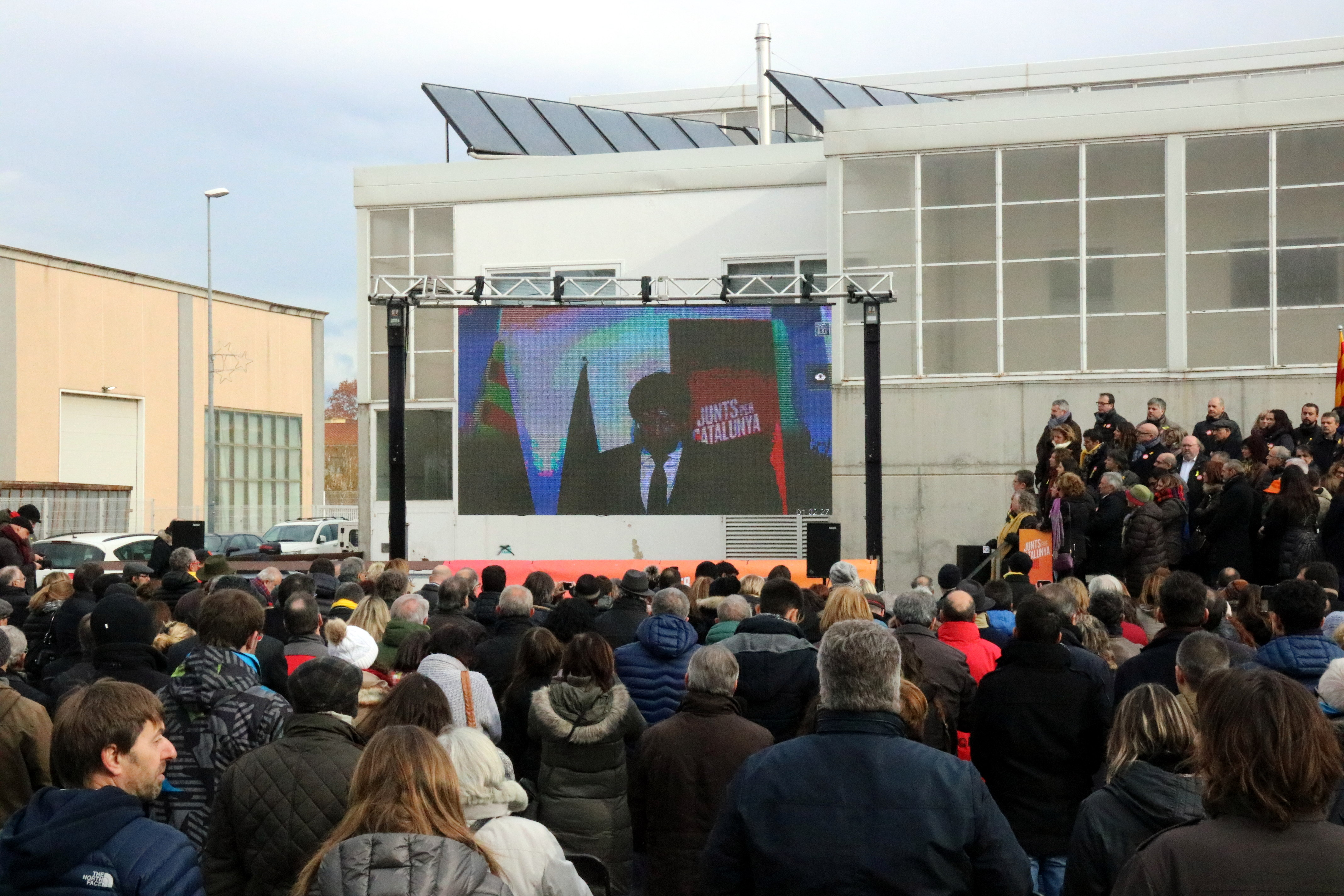 Carles Puigdemont addresses a group of people from a screen in a town in the north of Catalonia (by Gerard Vilà)