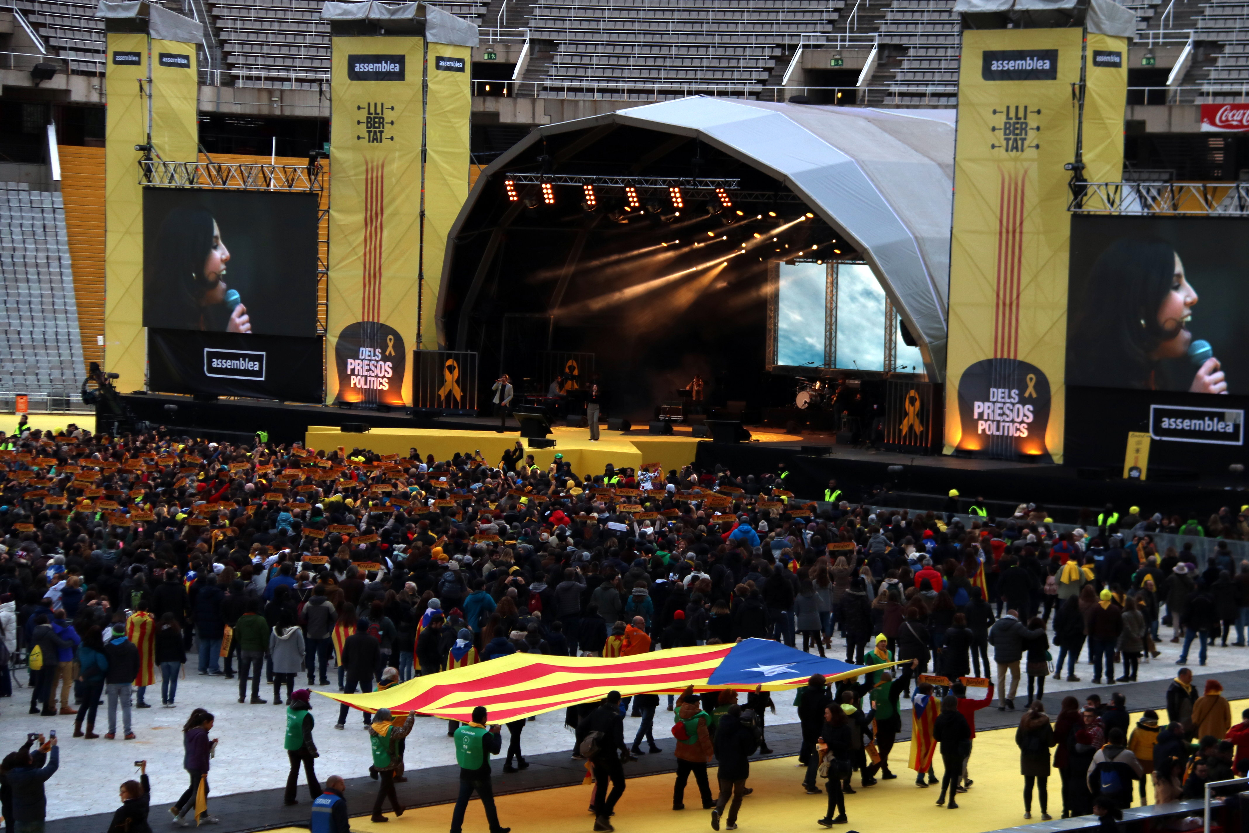 An estelada is seen during the 'Concert for the Freedom of Political Prisoners' on December 2 2017 (by Júlia Pérez)
