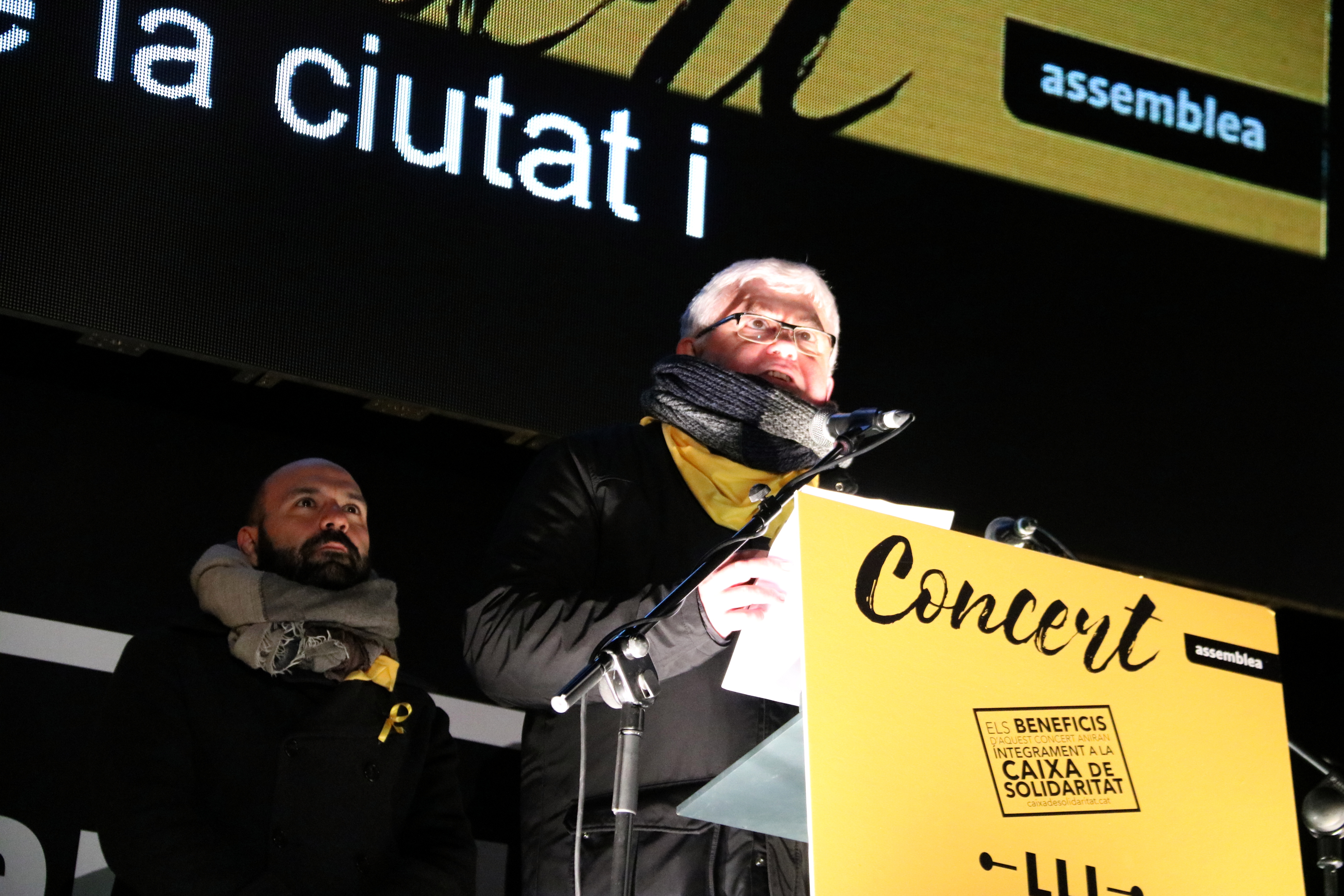 Augustí Alcoberro and Marcel Mauri, vice presidents of the ANC and Òmnium Cultural respectively, speak at the 'Concert for the Freedom of Political Prisoners'  (by Júlia Pérez)
