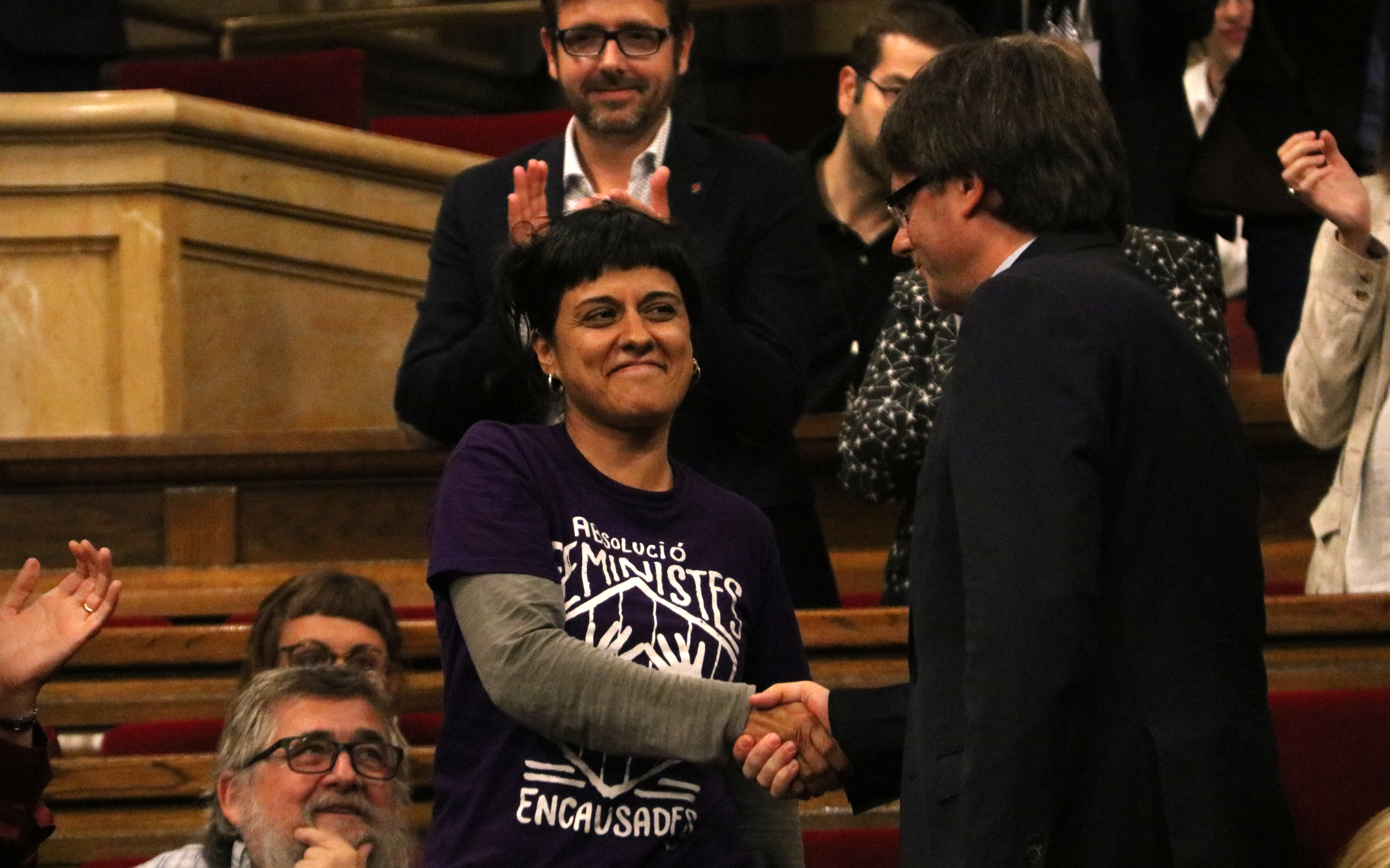 Anna Gabriel and Carles Puigdemont shaking hands at the Catalan Parliament (by Júlia N.)