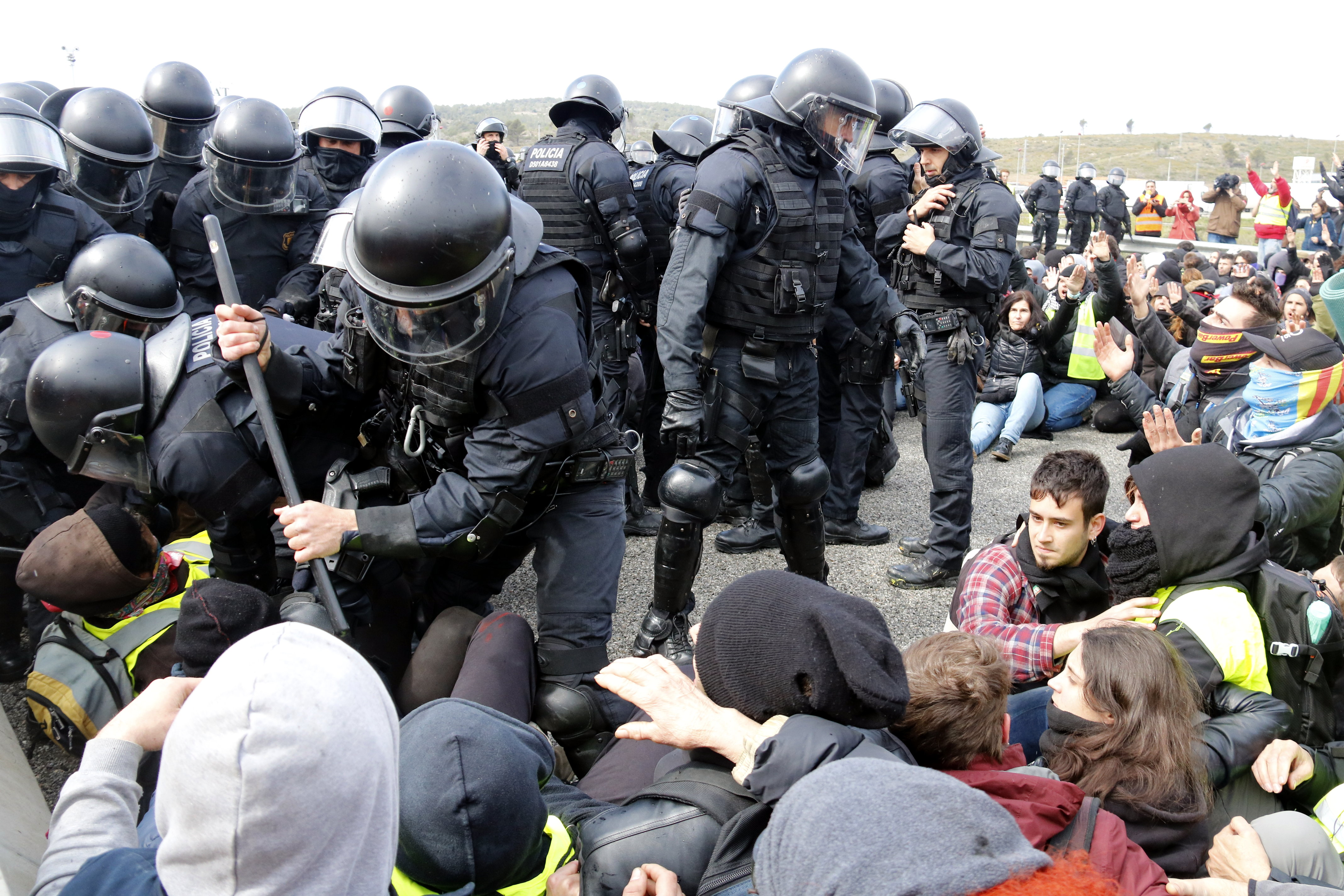 Police officers remove protesters from the AP-7 motorway in Figueras on Tuesday (Marina López)