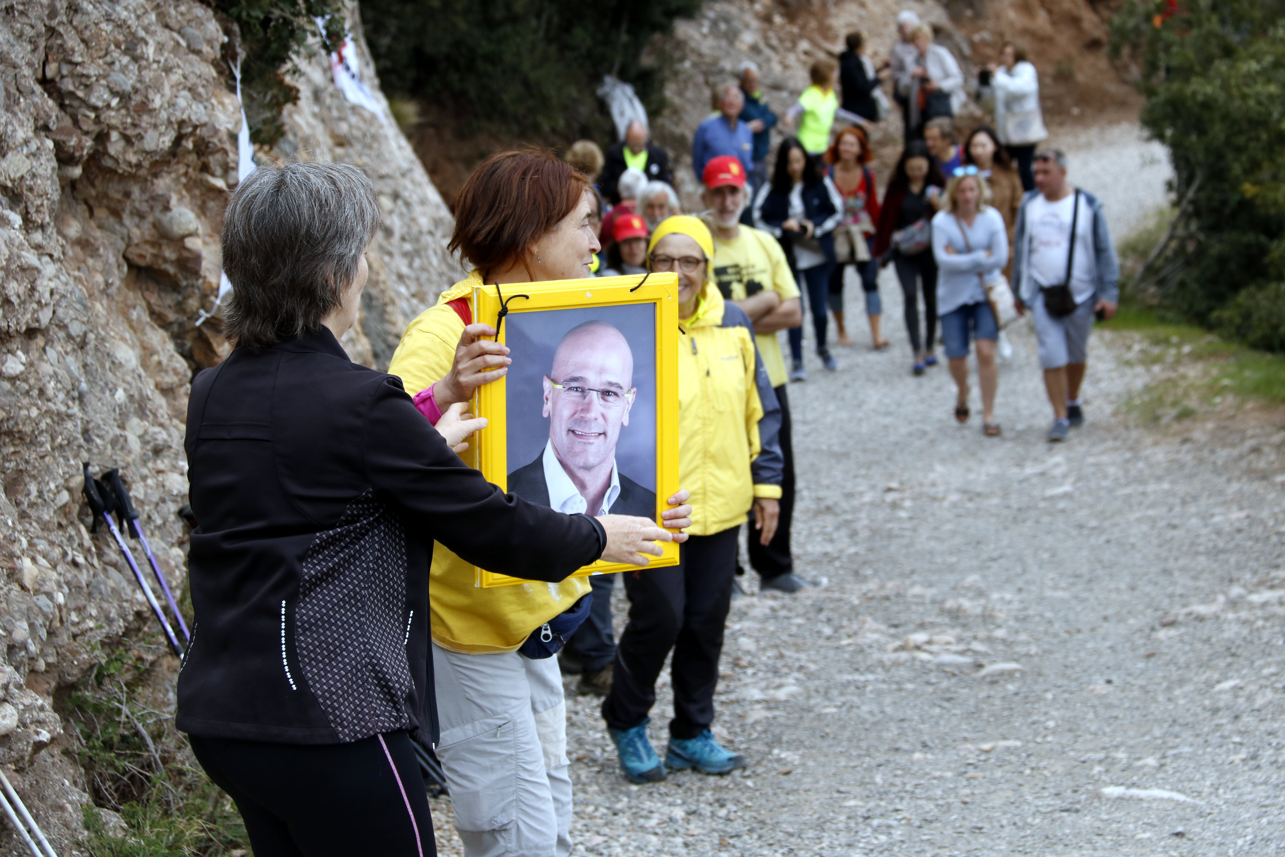 Protesters carry a picture of jailed MP Raül Romeva to the top of a mountain (by ACN)