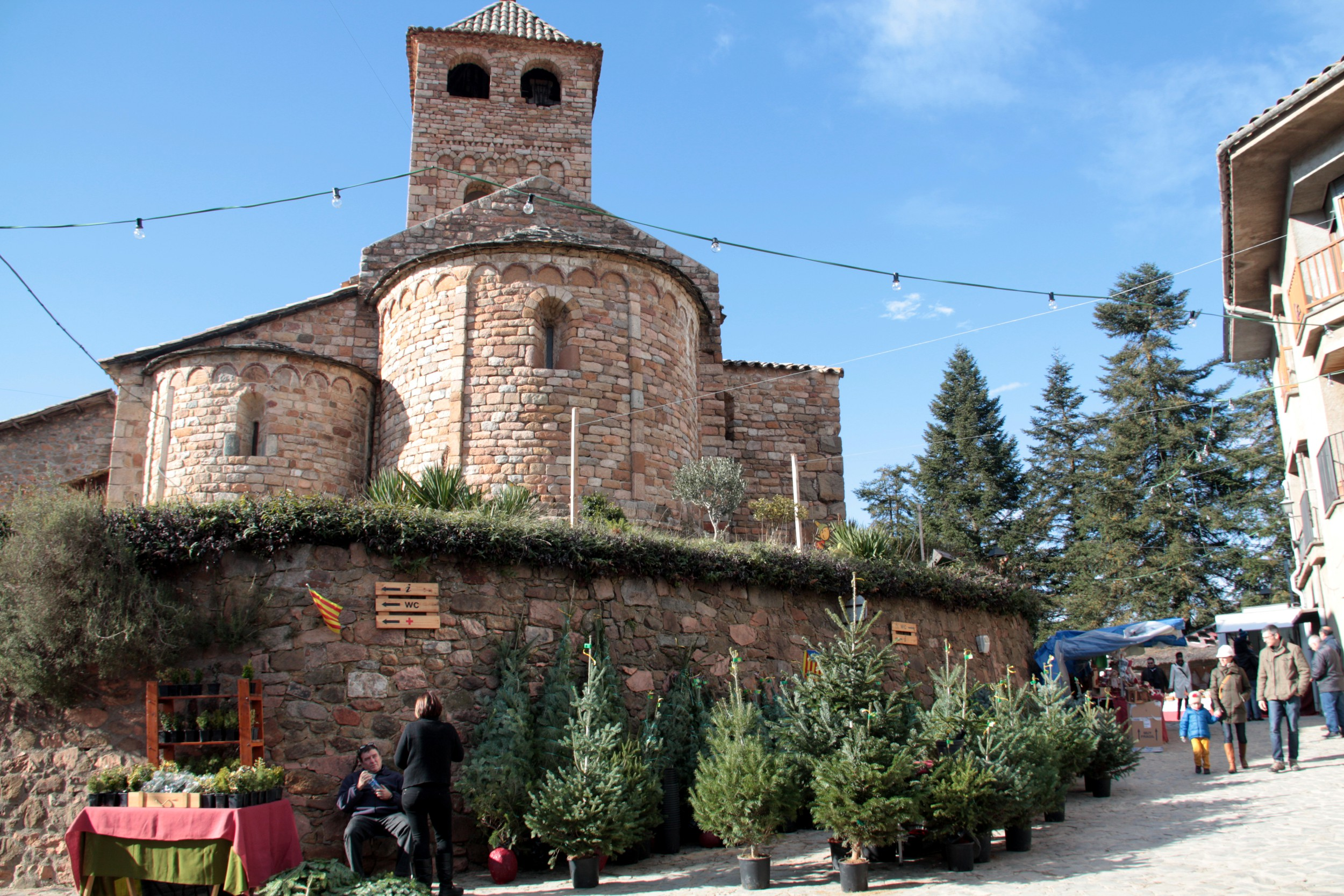 The Espinelves church with Christmas trees for the market in January 2016 (by ACN)