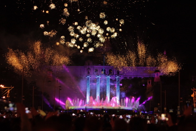 New Year's Eve celebration in Avinguda Maria Cristina, with the MNAC museum at the back (by Barcelona City Council)