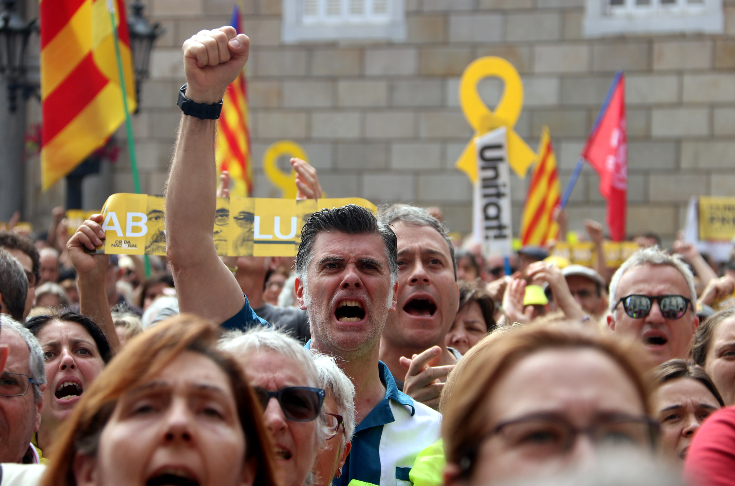 Pro-independence supporters outside of the Barcelona city council (by Pau Cortina)